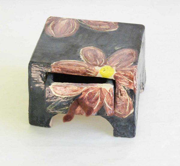 Keramisches Kästchen mit Schublade, Blumendekor